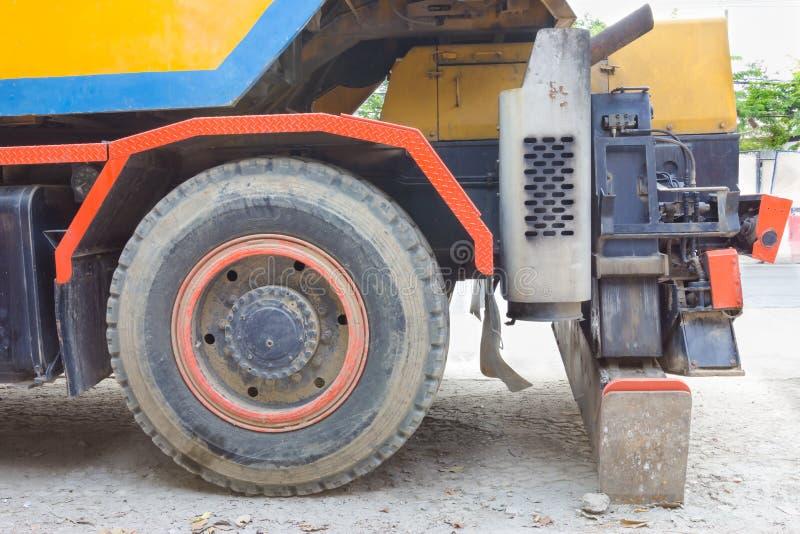 Het grote wiel van vrachtwagenkraan royalty-vrije stock afbeeldingen