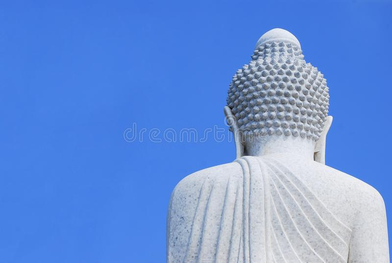 Het grote witte marmer van Boedha Achterkantmening met duidelijke blauwe hemelachtergrond stock foto