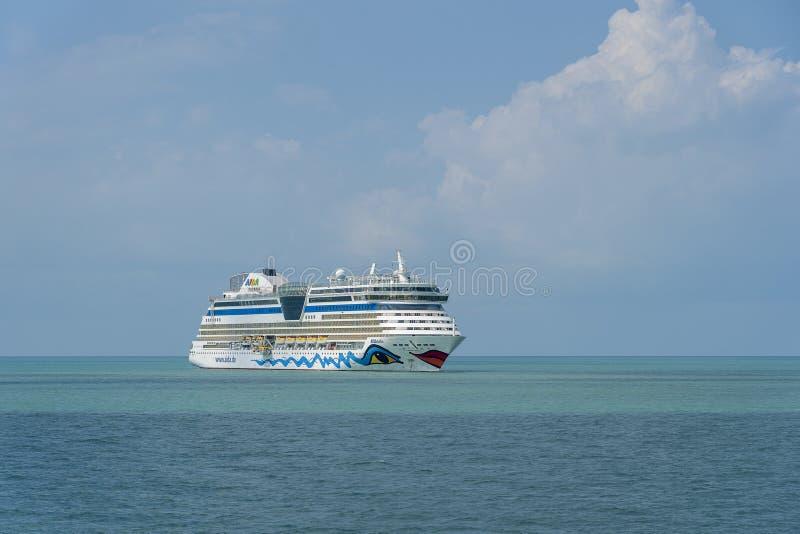 Het grote witte schip AIDA Bella van de luxecruise in Siam Bay op het Overzees Zuid- van China dichtbij eilandkoh Samui Duitse li stock foto's