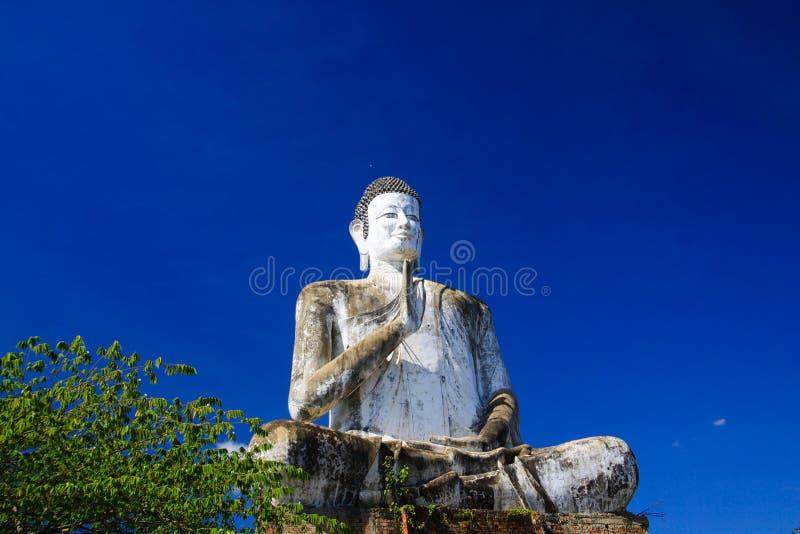 Het grote witte standbeeld die van Boedha hoogte opheffen die met blauwe wolkenloze hemel in Wat Ek Phnom, dichtbij Battambang, K royalty-vrije stock foto's