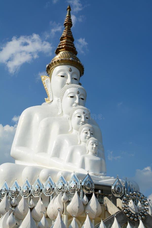 Het grote witte standbeeld van Boedha stock foto's