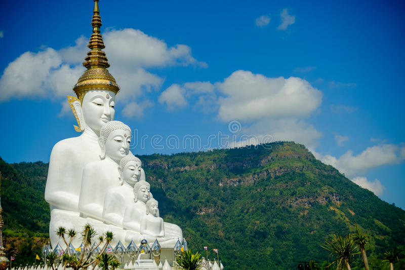 Het grote Witte Standbeeld van Boedha met berg en blauwe hemelachtergrond stock afbeeldingen