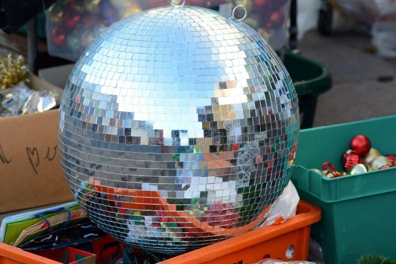 Het grote zilver schittert bal voor verkoop stock afbeeldingen