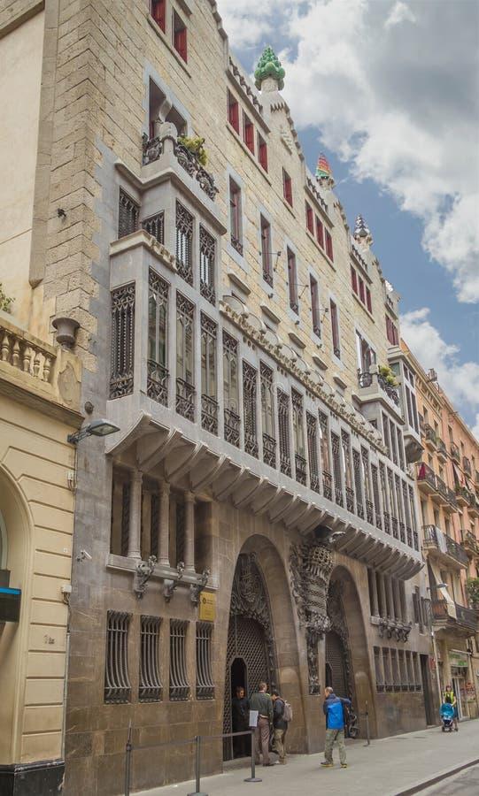 Het Guell-paleis door Antonio Gaudi, in Barcelona, Spanje wordt ontworpen dat royalty-vrije stock fotografie