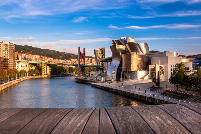 Het Guggenheim-Museum Bilbao, Nervion-Rivier en La-Wondzalfbrug in Bilbao, Spanje royalty-vrije stock foto's