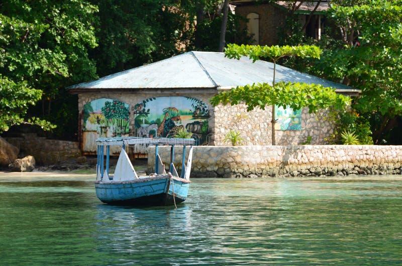 Het Haïtiaanse Schilderen en Boot - Labadee, Haïti stock afbeeldingen