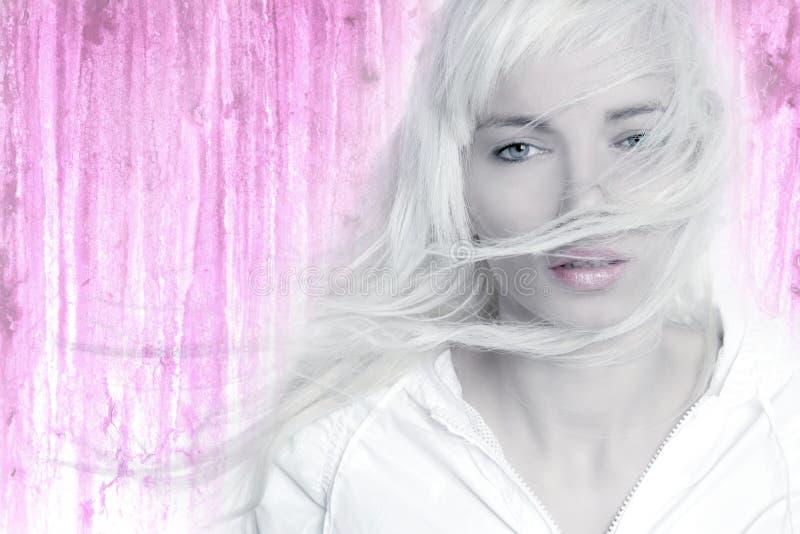 Het haar van de het meisjeswind van de blonde lang het vliegen roze stock foto