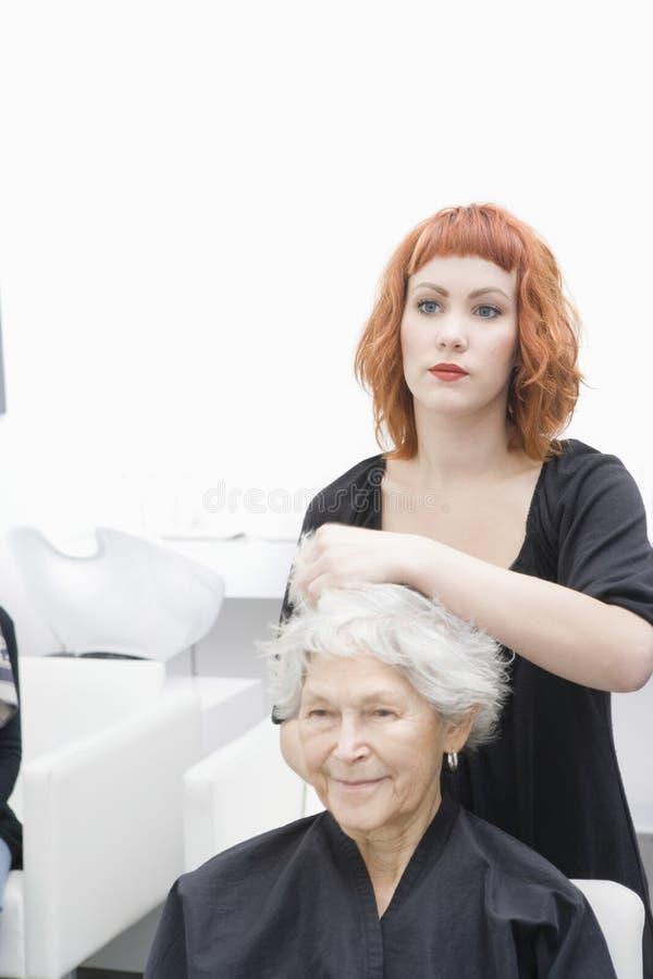 Het Haar van de Vrouw van kappersetting up senior stock afbeeldingen