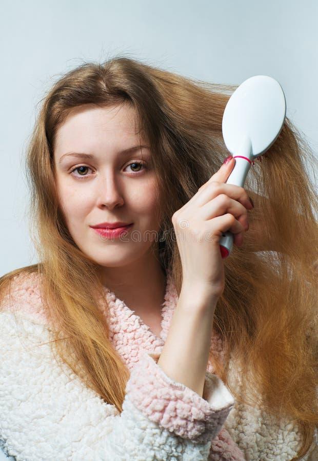 Het haar van de vrouwenkam stock foto