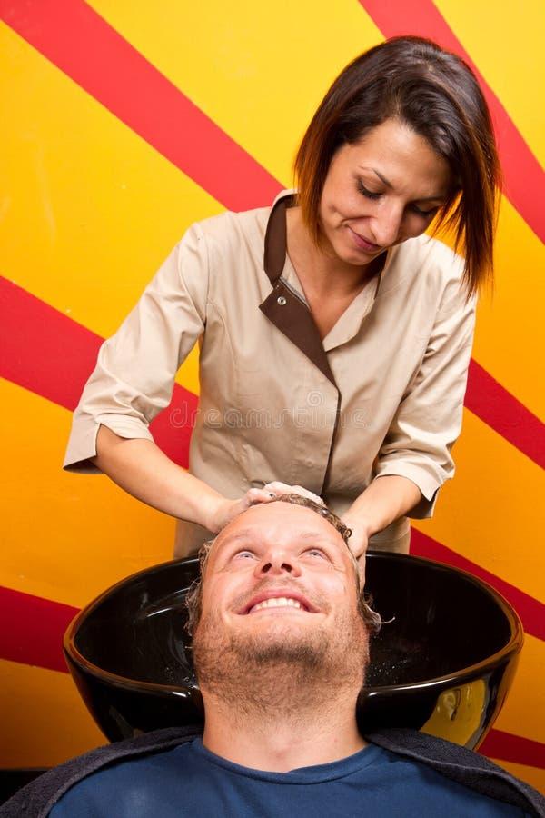 Het haar van de wasmens in de herenkapper van de schoonheidswoonkamer royalty-vrije stock fotografie