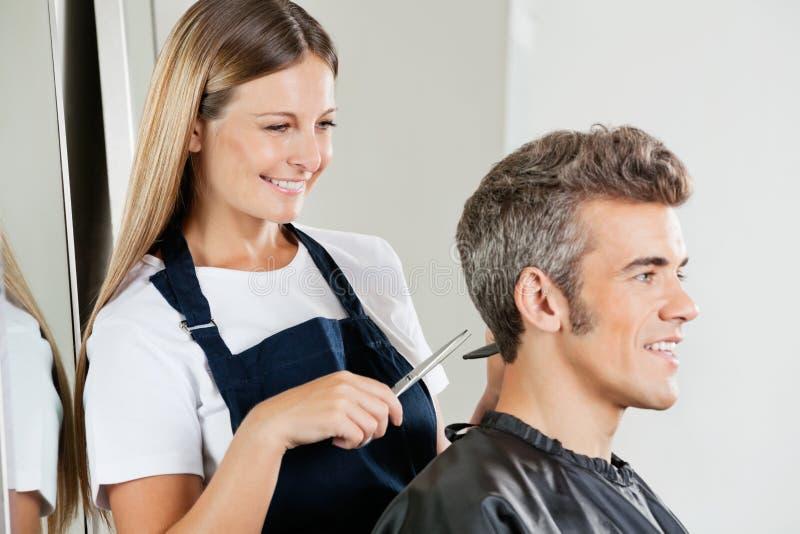 Het Haar van kappercutting customer stock foto's