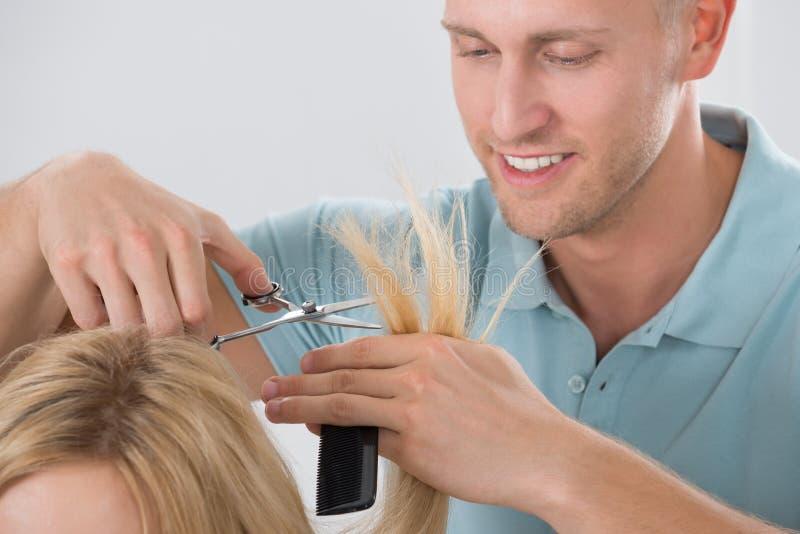Het Haar van kappercutting customer bij Salon royalty-vrije stock fotografie