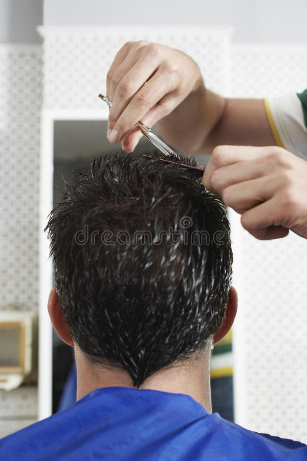 Het Haar van kappercutting male customer stock foto's