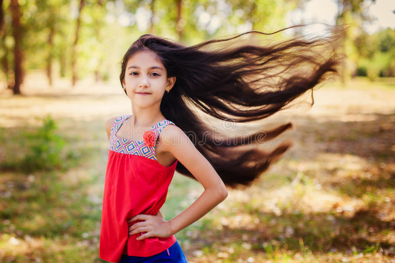 Het haar van meisjeshaar blaast in de wind stock fotografie