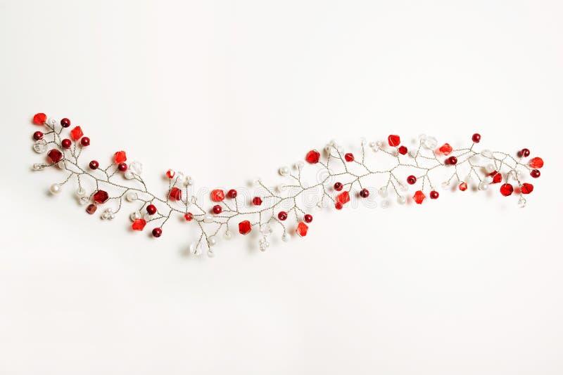 Het haartoebehoren van Nice met witte en rode parels over een witte backgr stock afbeelding