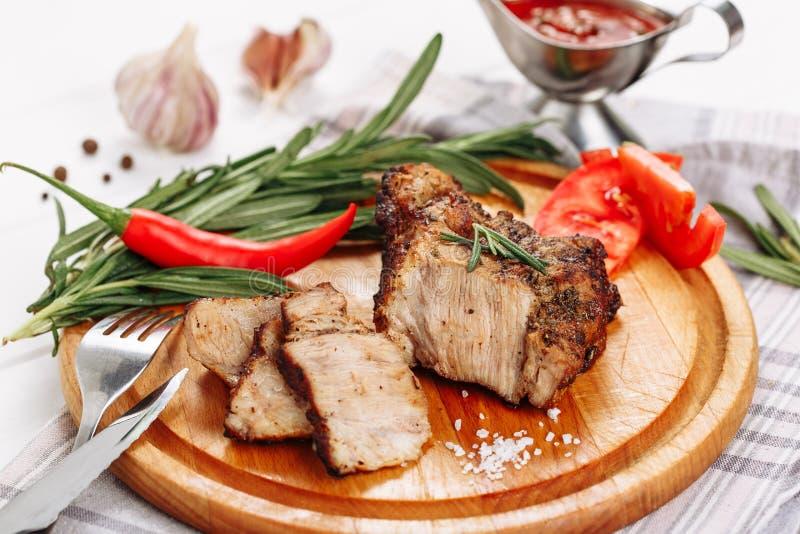 Het Haasbiefstukbraadstuk van het varkensvleesvlees aan Houten Raadskant royalty-vrije stock afbeelding