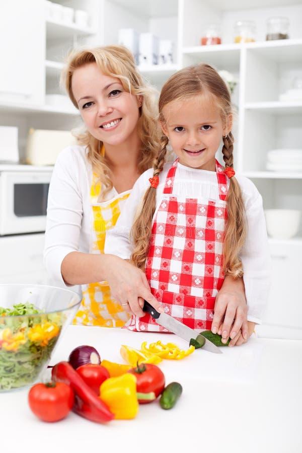 Het hakken op groenten met mamma royalty-vrije stock afbeelding