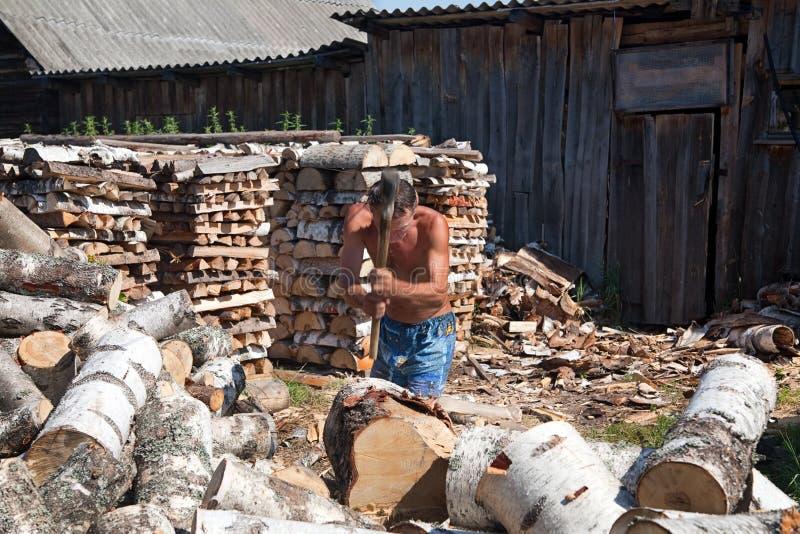 Het hakkende hout van de mens stock afbeeldingen