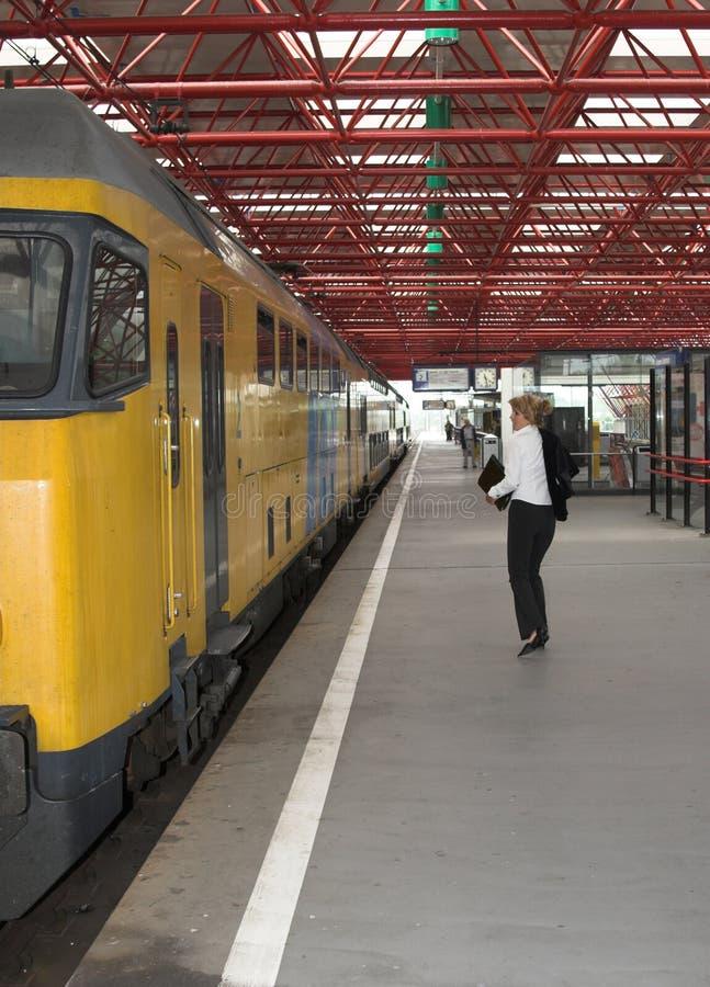 Het halen van de trein stock fotografie