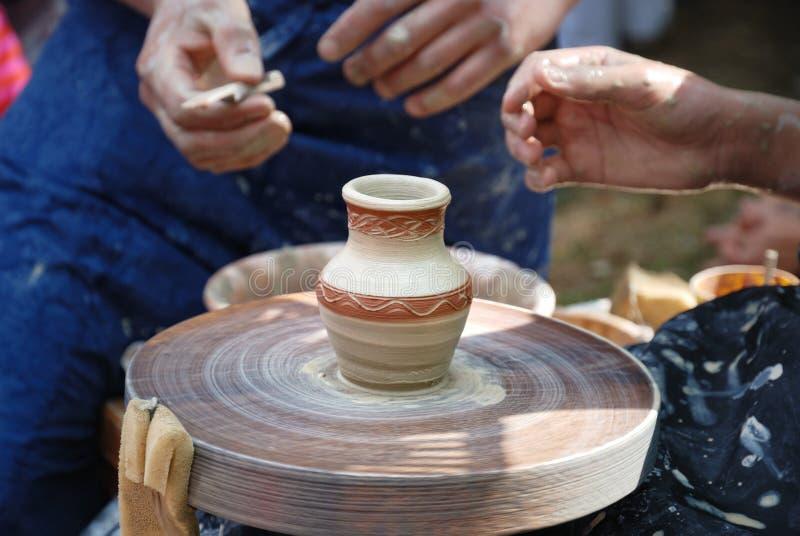 Het hand maken van een aardewerken pot royalty-vrije stock afbeeldingen