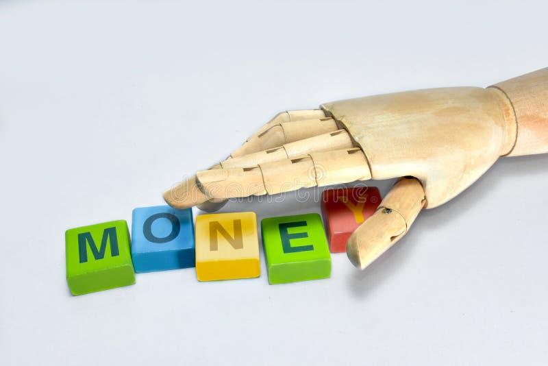 Het handhout die de brief grijpen moet geld creëren stock foto