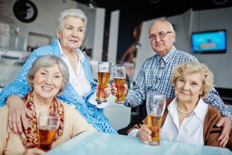Het hangen uit in bar met vrienden royalty-vrije stock foto's