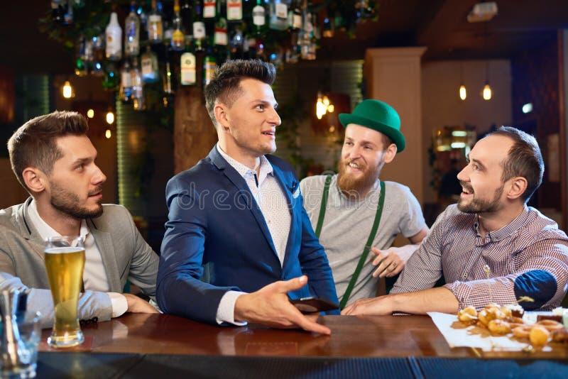 Het hangen uit met Vrienden in Bar stock afbeelding