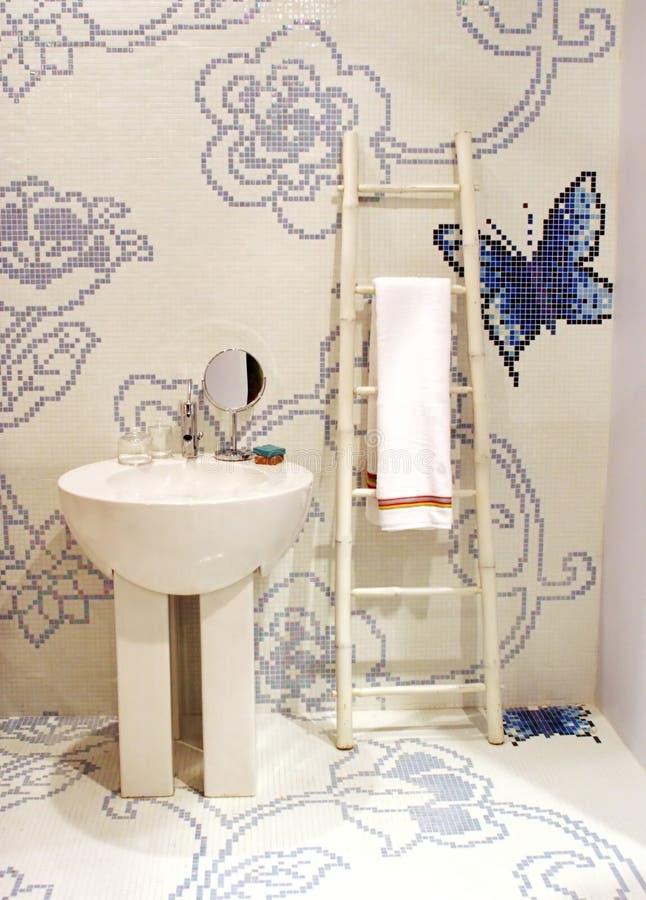 Het hangen van de handdoek in een badkamers royalty-vrije stock foto's