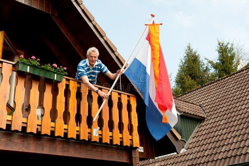 Het hangen van de Nederlandse vlag royalty-vrije stock afbeelding