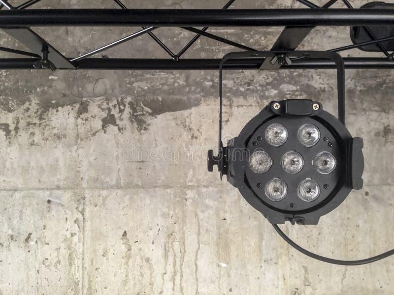 Het hangen van geleide lichte vlek over grijs donker beton royalty-vrije stock afbeeldingen