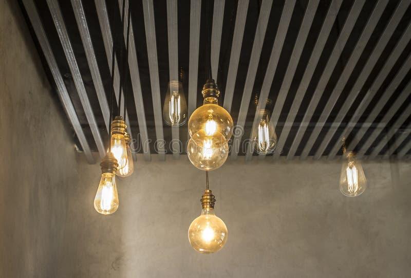 Het hangen van gloeilampen over grijs donker strookplafond royalty-vrije stock foto
