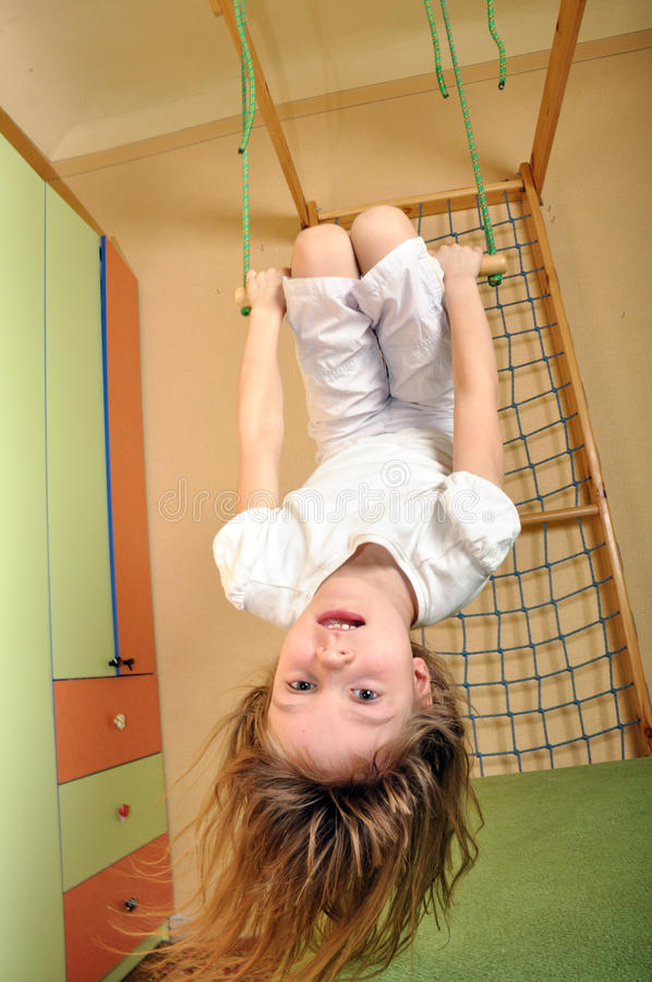 Het hangen van het meisje neer bij gymnastiek royalty-vrije stock foto's