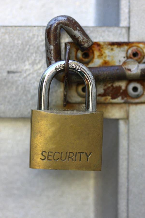 Het hangslot van de veiligheid op deur stock foto