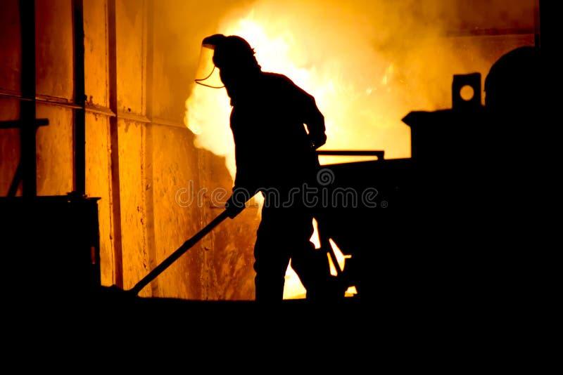 Het harde werk in een gieterij, smeltend ijzer royalty-vrije stock foto