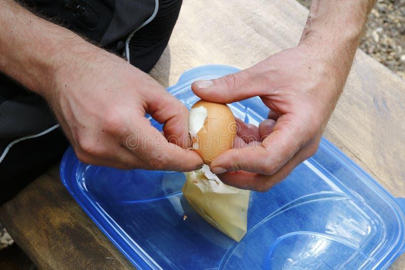 Het hardgekookte ei wordt gepeld met de picknick royalty-vrije stock afbeeldingen