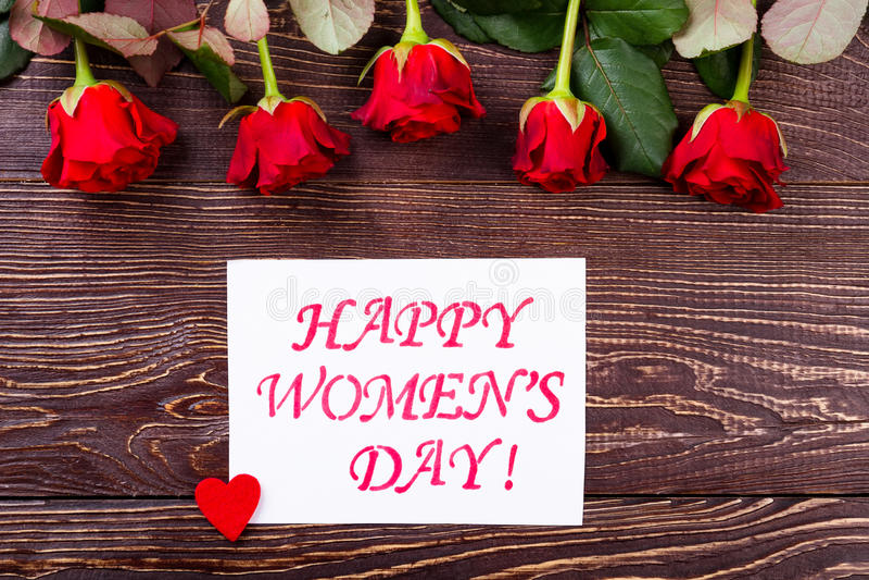 Het hart en de rozen van de vrouwen` s Dag stock afbeeldingen