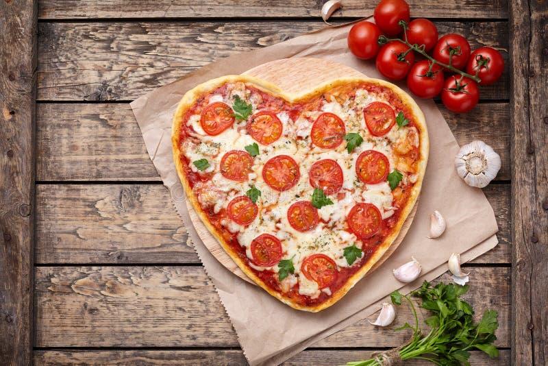 Het hart gaf vegetarisch de liefdeconcept van pizzamargherita met mozarella, tomaten, peterselie en knoflooksamenstelling gestalt stock foto