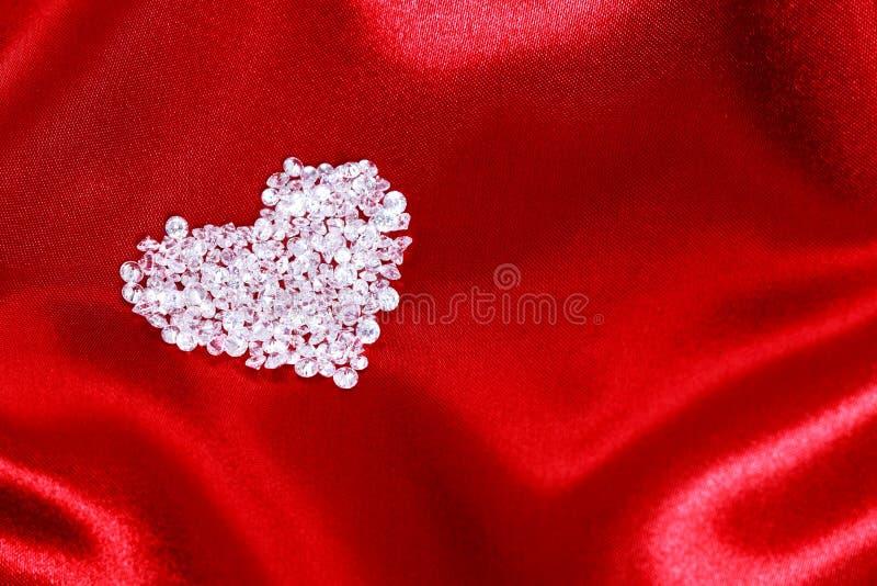 Het hart van de diamant op rood satijn stock foto's