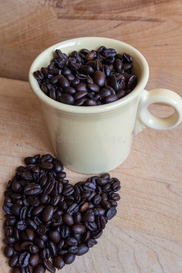 Het hart van de koffieboon en koffiekop royalty-vrije stock foto's