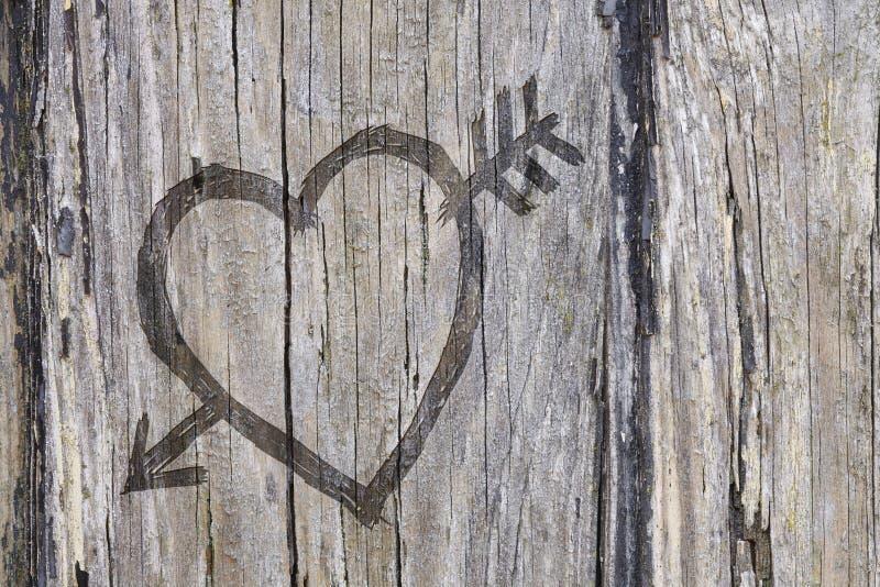 Het hart van de liefde en pijlgraffiti die in hout wordt gesneden royalty-vrije stock foto's