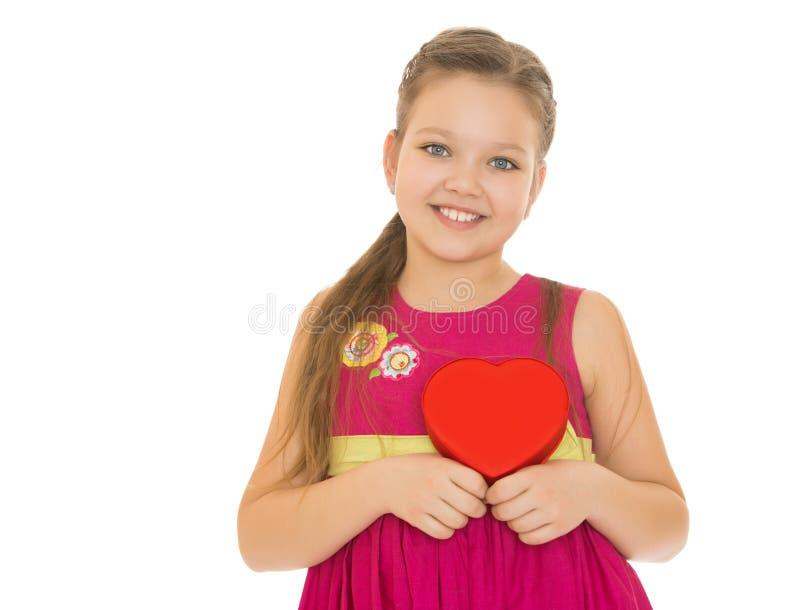 Het hart van de meisjesholding royalty-vrije stock afbeeldingen