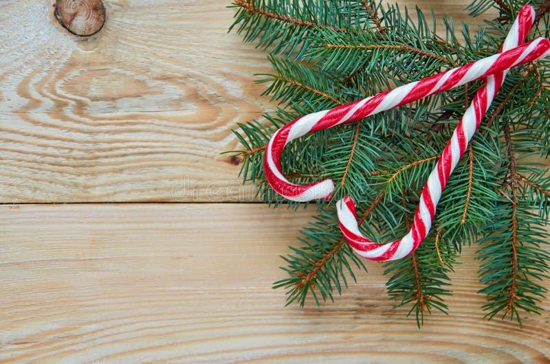 Het hart van twee rode suikergoedkegels op de Kerstboom vertakt zich met vrije exemplaarruimte op linkerkant Nieuwe jaar of van d stock foto
