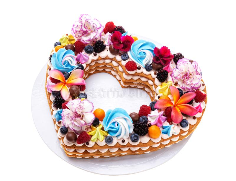 Het hart vormde rookwolkcake met fruit en bloemen stock foto