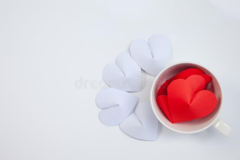 Het hart-vormige document in koffiekop schikt als achtergrond royalty-vrije stock foto