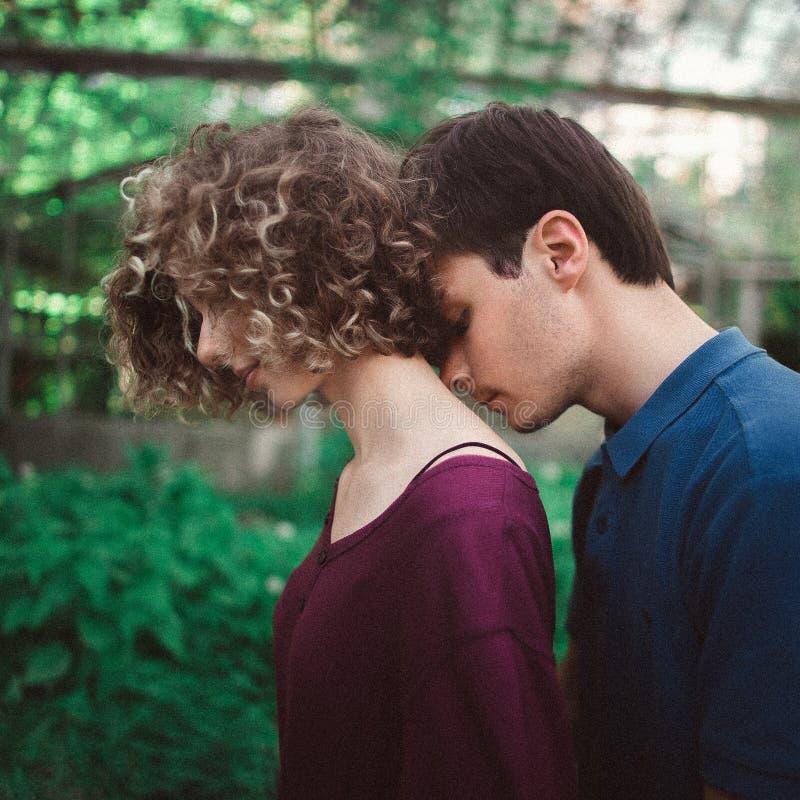 Het hartelijke en breekbare elegante paar flirten Knappe aristrocratische man die teder bleke vrouwen` s hals kussen ogenblik stock afbeelding