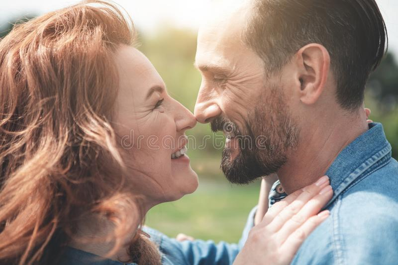 Het hartelijke man en vrouwen openlucht omhelzen stock fotografie