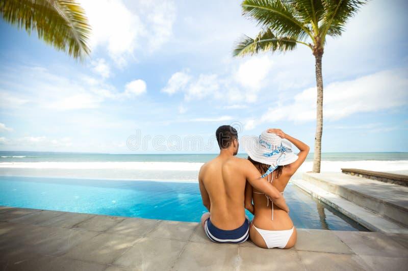 Het hartelijke paar ontspannen in de zomervakantie royalty-vrije stock foto