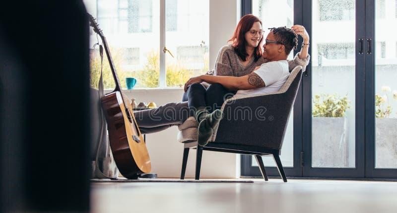 Het hartelijke paar ontspannen op leunstoel royalty-vrije stock foto's