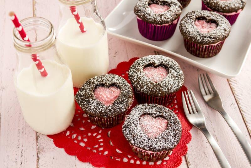 Het Hartknipsel Cupcakes van de valentijnskaartendag stock foto's