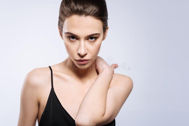 Het hartstochtelijke jonge model stellen in een studio stock fotografie